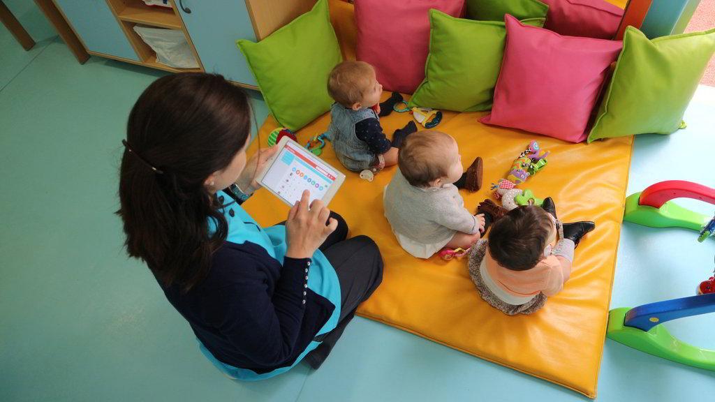 As tecnologias e o dia a dia dos colégios - Educadora a utilizar o ChildDiary num tablet na creche de um colégio