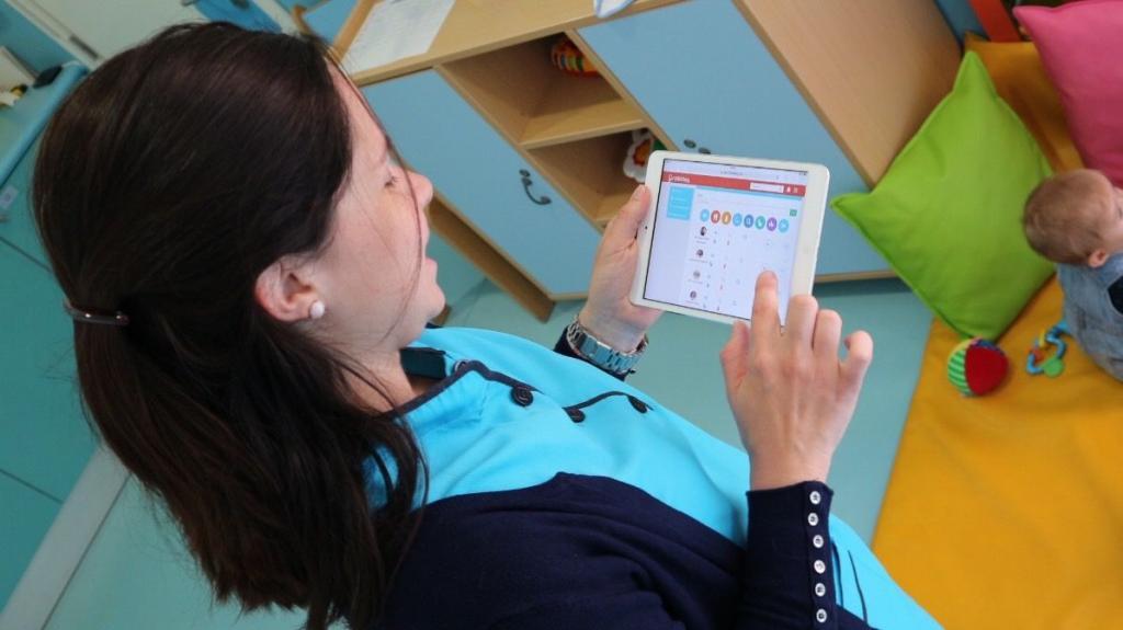Futuro da educação de infância: entrevista aos Colégios Fomento - Educadora a utilizar o tablet