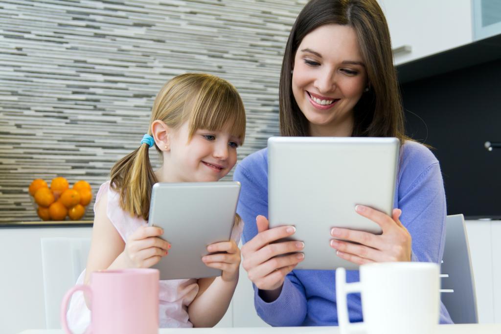 """Educação de Infância e as Redes Sociais """"Amigos ou Inimigos"""" - Mãe e filha a utilizar tablet"""