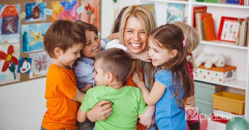 Influência dos educadores de infância no desenvolvimento das crianças - Educadora com seus meninos