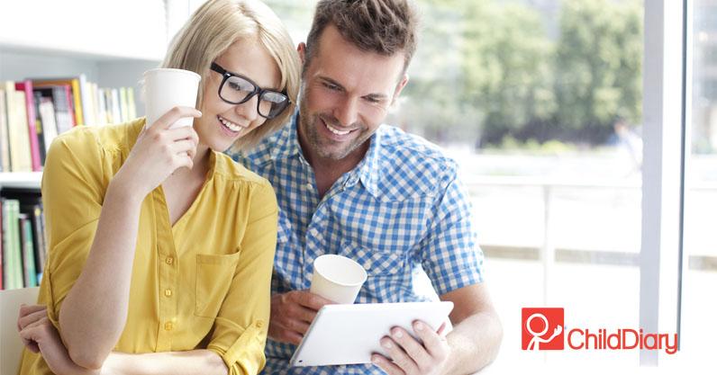 4 Dicas para facilitar a comunicação com as famílias - Pai e mãe utilizando o tablet