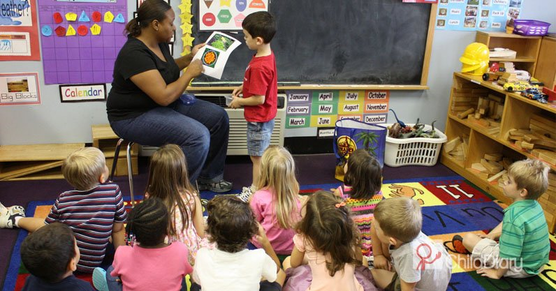 Qual o papel do educador no trabalho com as famílias - Educadora em sala