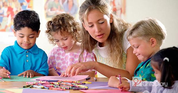 Afinal, o que é (e o que não é) um portfólio? - Educadora com crianças em actividade